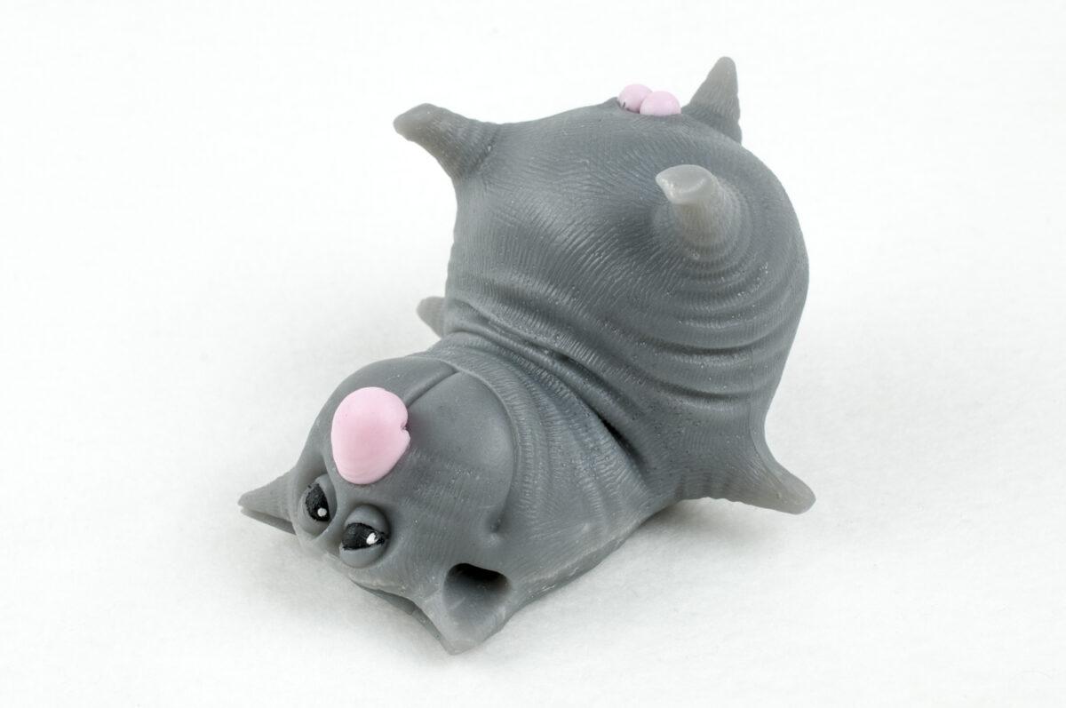 Кот с яйцами лежит 3D